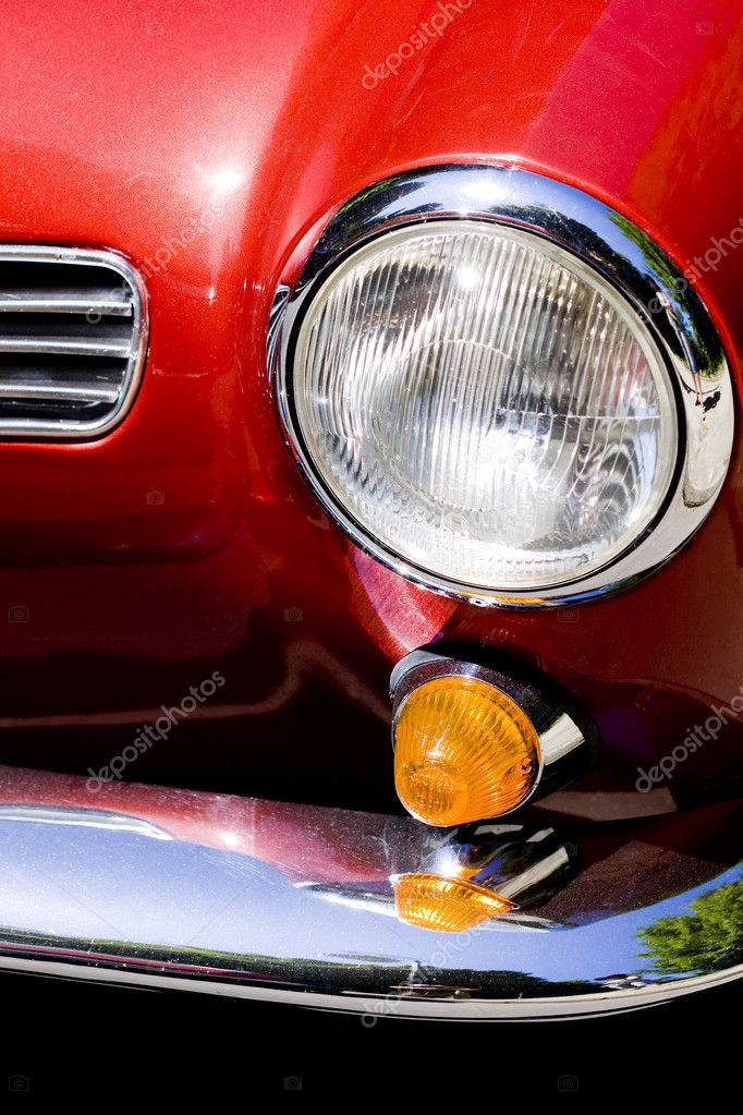 Closeup on headlight of old shiny retro car — Stock Photo #3543102