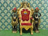 Ročník luxusní židle trůn s dvě egyptské sochy — Stock fotografie