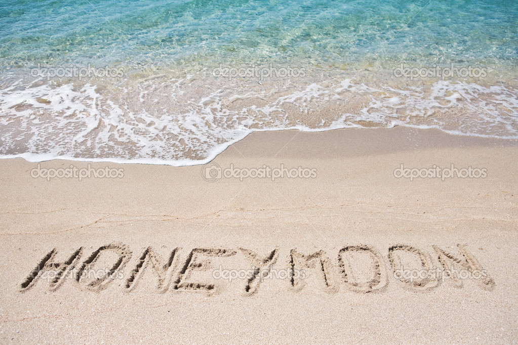 Honeymoon written on the sand — Stockfoto #3082155