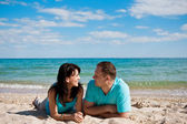 Una pareja en la playa — Foto de Stock