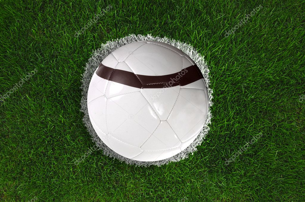 White soccerball on a penalty kick spot on fresh green grass. — Stock Photo #2897824