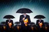 Hommes d'affaires sous la pluie — Photo