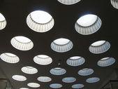 Plafond avec lanterneaux. fragment. — Photo