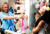 Fröhliche mädchen befinden sich einkaufsmöglichkeiten — Stockfoto