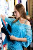 Fille en blouse bleue est le shopping — Photo
