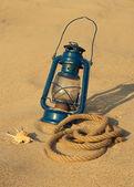 在沙滩上的旧灯 — 图库照片