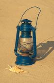 Lámpara antigua en la playa — Foto de Stock