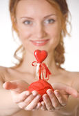 Woman with red ball of threads and heart — Stock Photo