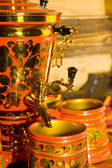 Traditional russian samovar with cups — 图库照片