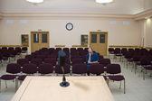 Conferencia aburrida. estudiante durmiendo solo en auditorio vacío — Foto de Stock