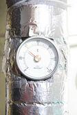 Brauchwasser-temperatur-messgerät mit rohr — Stockfoto