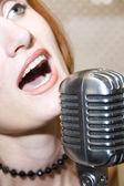 Donna che canta nel microfono — Foto Stock