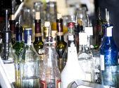 Bottiglie di vetro differenti con alcool — Foto Stock