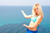 Blonde in bikini inviting to sea — Foto Stock