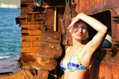 žena na opuštěné lodi — Stock fotografie