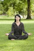 Mulher fazendo exercícios de ioga — Foto Stock