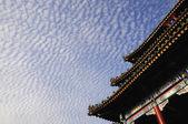 Nubes con edificio antiguo — Foto de Stock