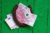Starý podkovy a peníze, eura — Stock fotografie