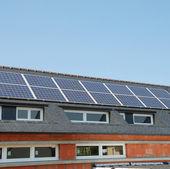 Zonnepanelen op het dak — Stockfoto