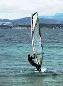 寒い気候でウィンド サーフィン — ストック写真