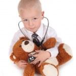 criança fingindo ser um médico com seu teddy b — Foto Stock