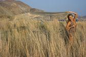 Blondynka w polu — Zdjęcie stockowe