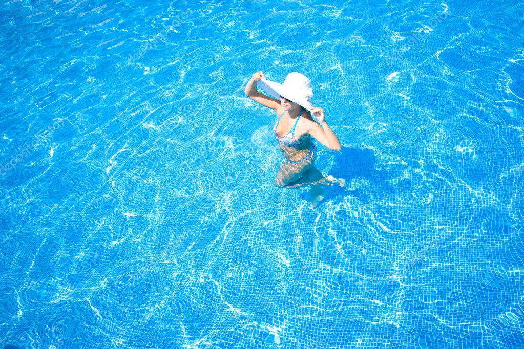 Chica sombrero blanco y piscina foto de stock 2861214 for Piscinas estructurales chicas