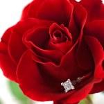 bague de fiançailles diamant moderne en rose — Photo