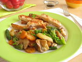Edible mushrooms with vegetables and chicken — Zdjęcie stockowe