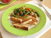 Grzyby jadalne z warzywami i kurczakiem — Zdjęcie stockowe