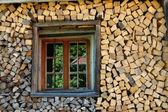 Стек дров с окном — Стоковое фото