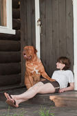 Stor hund och ung kvinna — Stockfoto