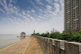 The yangtze river next to a city — Stock Photo