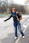Flicka stoppa en bil — Stockfoto