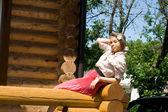Ragazza seduta su una veranda — Foto Stock