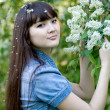 Girl standing near lilac — Stockfoto