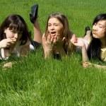 trzy dziewczyny, leżąc na trawie — Zdjęcie stockowe