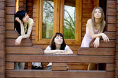 Drie vriendinnen op een veranda — Stockfoto