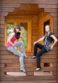 Två kvinnliga vänner på en veranda — Stockfoto