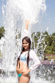 Girl bathing in a city fountain — Stockfoto