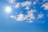 Słoneczne niebo. — Zdjęcie stockowe