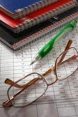 Cuadernos y gafas pluma — Foto de Stock