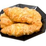 Постер, плакат: Plate with fresh bakes croissants