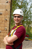 Man is posing before climbing wall — Stock fotografie