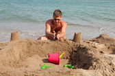 Man is making sandcastle on the beach — Stock Photo