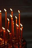 Brandende kaarsen in christelijke kerk — Stockfoto