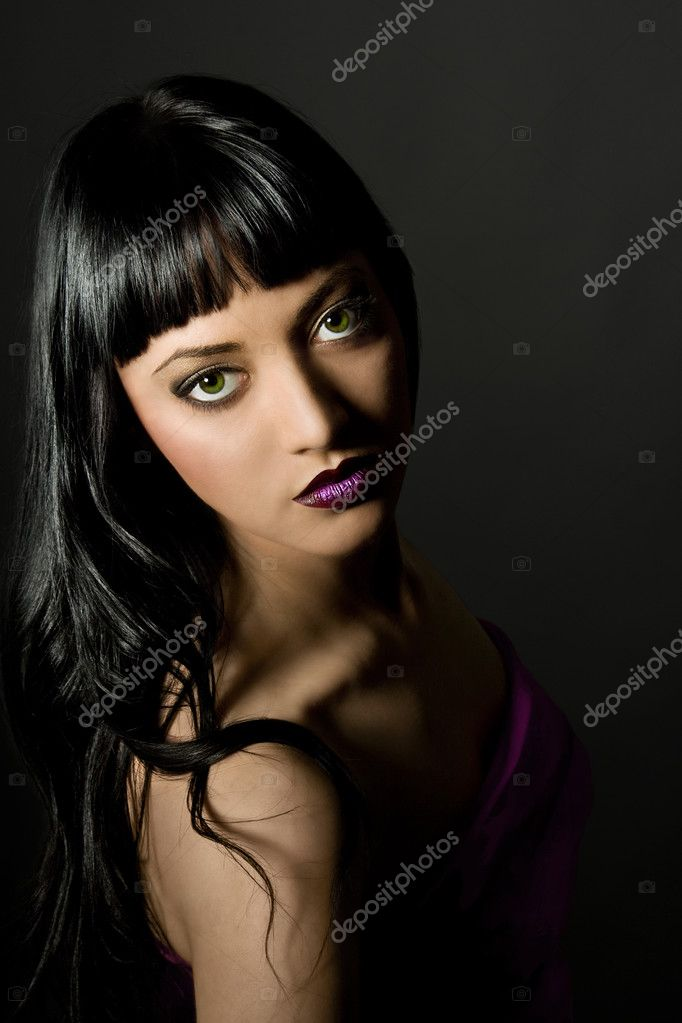 Low key. Looking At Camera. portrait of a beautiful woman. Glamour purple make-up. Full lips. Green eyesfashion art photo. — Stock Photo #2915641