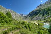 Vale glaciar entre altas montanhas — Fotografia Stock