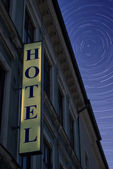 Hotel znak w nocy — Zdjęcie stockowe