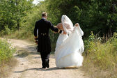結婚式のカップルを歩く — ストック写真